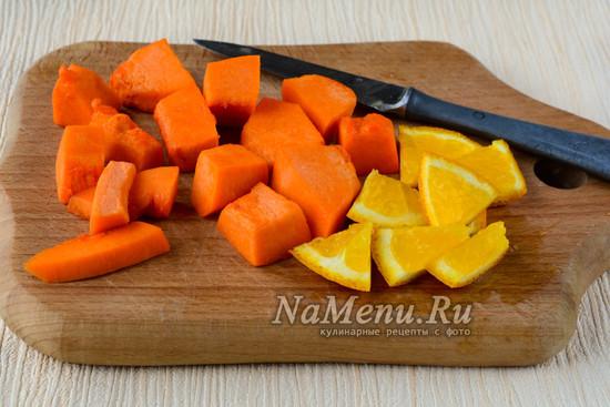 Нарезать тыкву и апельсин