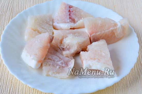 Нарезать рыбу и сварить