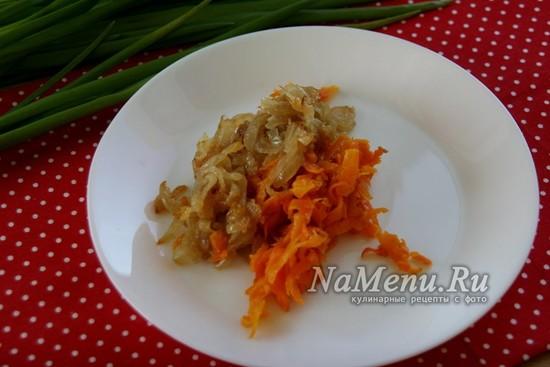 пассировать лук и морковь