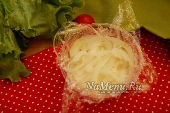 выложить слой маринованного лука