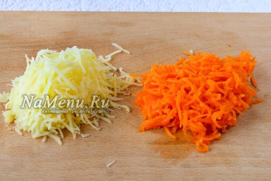Натереть картошку и морковку