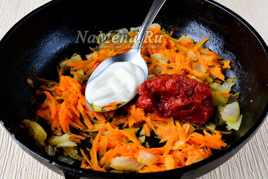 Обжарить и добавить томатную пасту и сметану