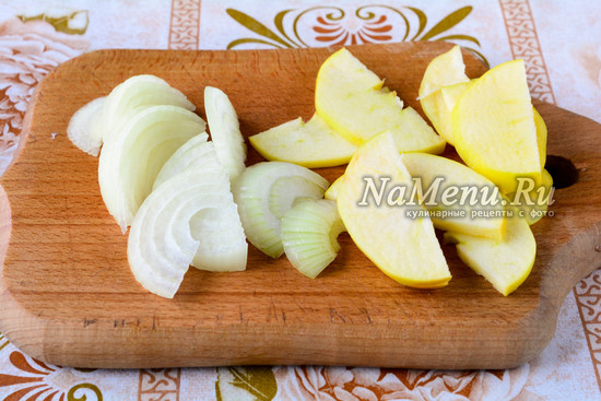 Нарезать лук, яблоки