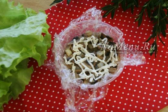 выкладываем слой грибов и майонез