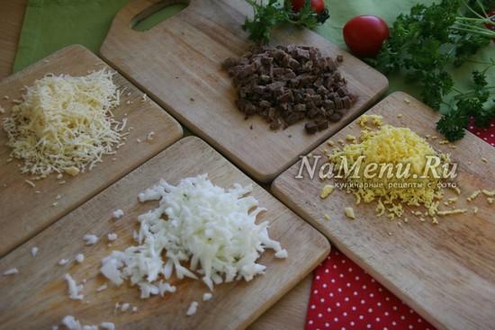 натереть на терке белок, желток, сыр, порезать говядину
