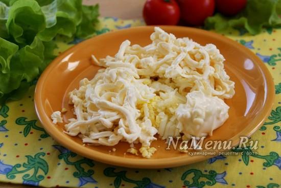 натереть яйцо и плавленный сыр на терке
