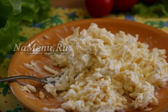 смешать с майонезом и чесноком яйцо и сыр