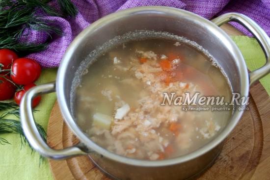добавить разобранную рыбу и порезанную морковку