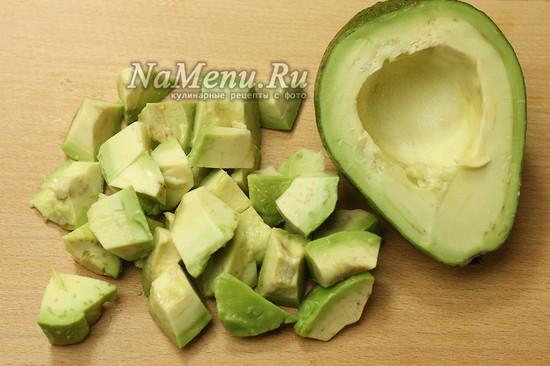 нарезали авокадо