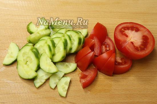 нарезали огурцы, помидоры