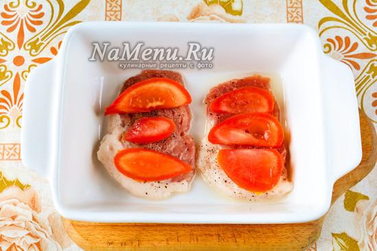 Выложить помидоры на мясо