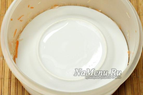 накрываем тарелкой, ставим груз