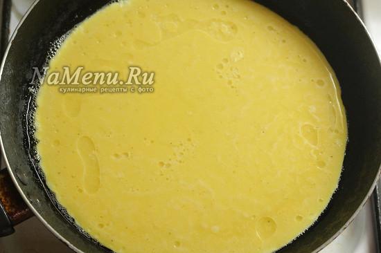 выливаем омлет на сковороду