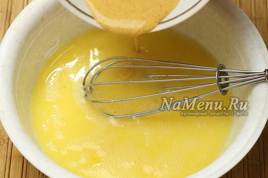 добавляем мучную смесь к яйцам