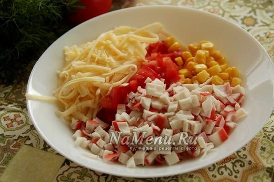 соединить кукурузу, помидор, крабовые палочки и сыр