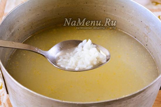 Сварить бульон и добавить рис