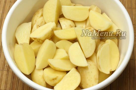 режем картофель дольками
