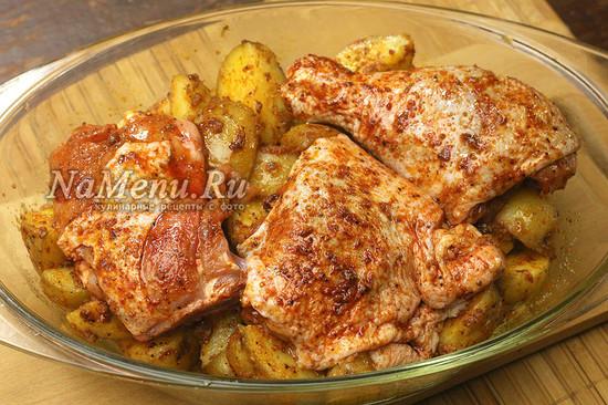 выкладываем картошку с курицей в форму
