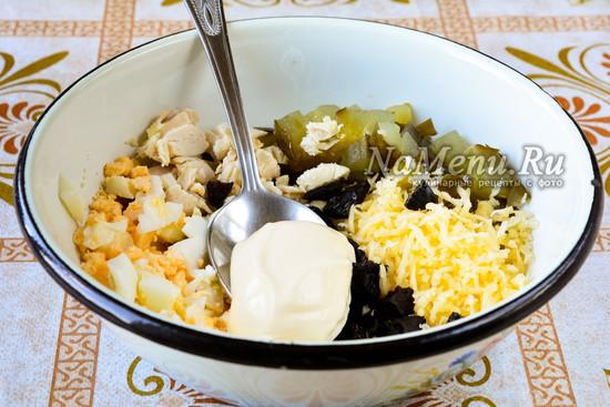 Нарезать яйца и добавить майонез