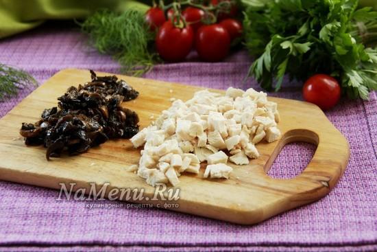 порезать куриное филе и грибы