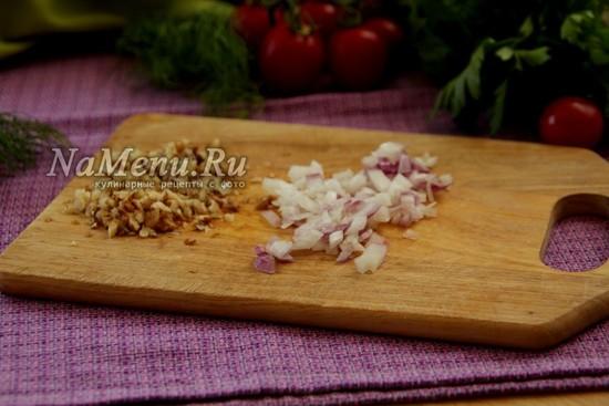 нарезать лук и орехи