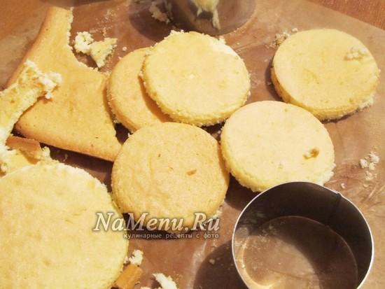 Нарезать бисквит