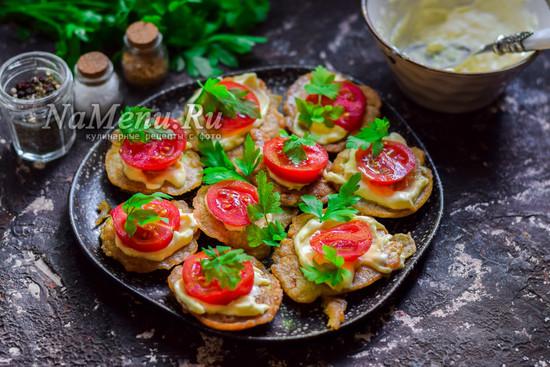 добавить помидоры и зелень