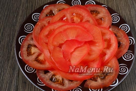 выложить помидоры на тарелку