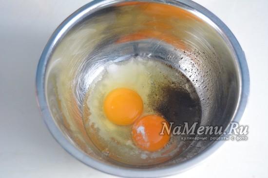 разбить яйца в миску с крахмалом