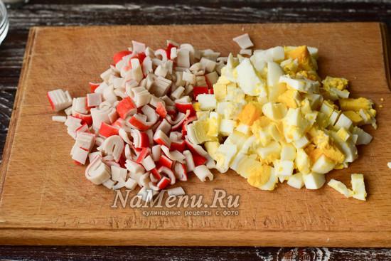 нарезать яйца и крабовые палочки