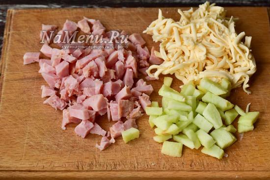 нарезать яблоко и ветчину, натереть сырок на терке