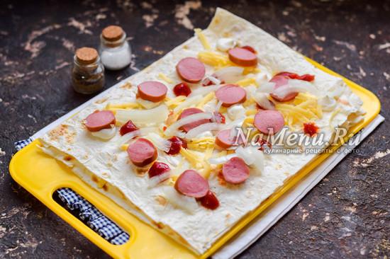 добавить лук и сосиски