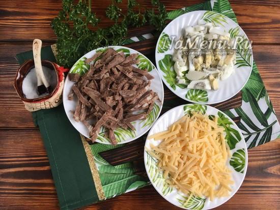 нарезать яйца, мясо и натереть сыр