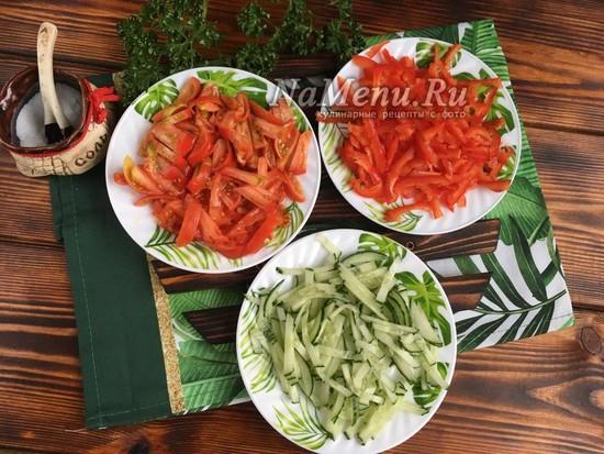 нарезать огурцы. болгарский перец и помидоры