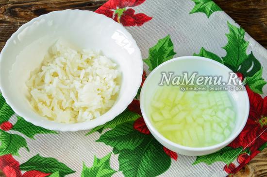 сварить рис, замариновать лук