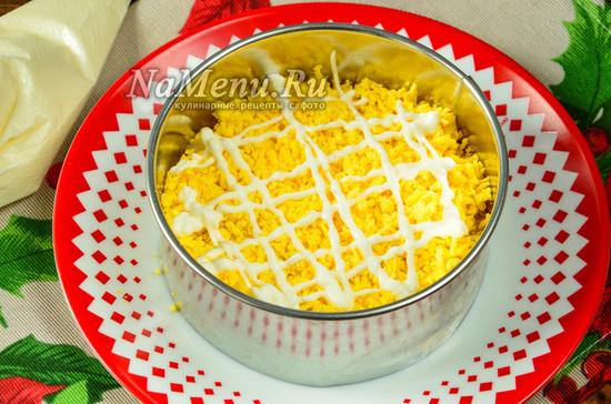 выложить желтки и соус