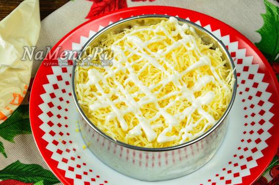 выложить сыр и соус