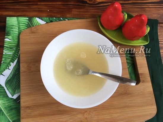 соединить бульон и желатин