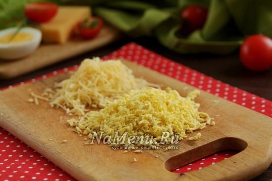 натереть на терку желтки и сыр
