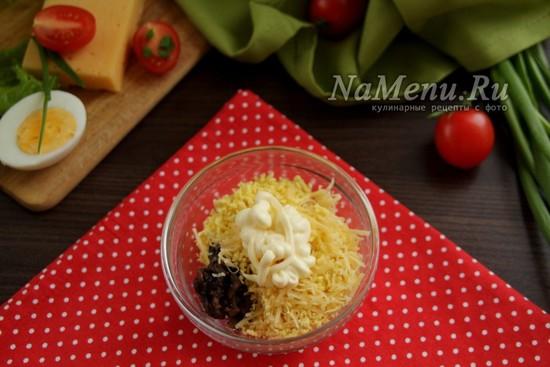 соединить сыр, желтки, грибы и майонез