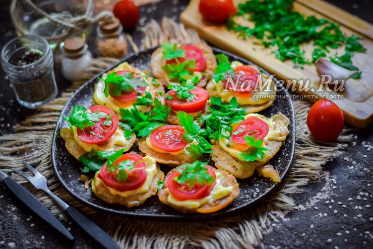 Кабачки, жареные в кляре с чесноком, майонезом и помидорами