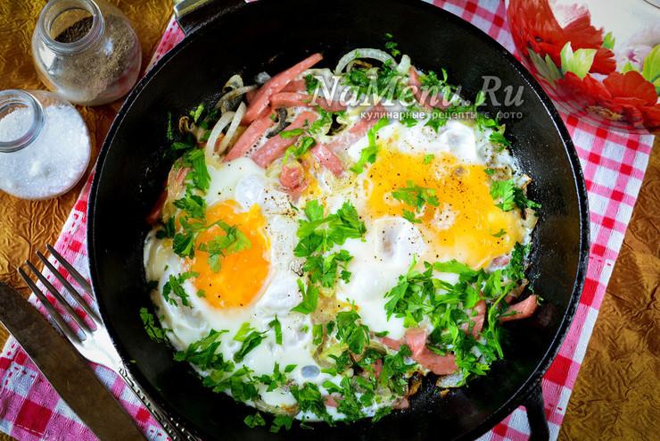 Яичница с колбасой на сковороде