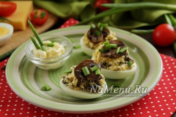 Яйца, фаршированные грибами и сыром – просто и вкусно