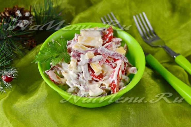 Салат с копченой колбасой, помидорами и сыром