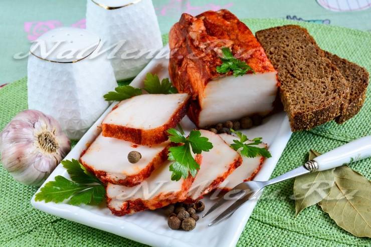 Варёное сало в луковой шелухе