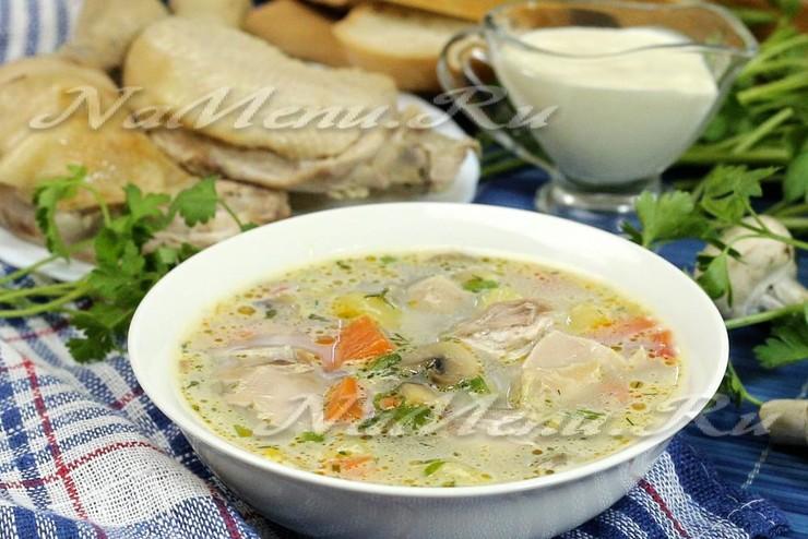Сливочный суп с курицей, грибами и овощами