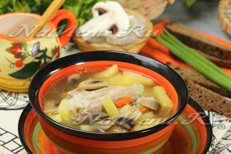 Мясной суп со свиными ребрышками и шампиньонами