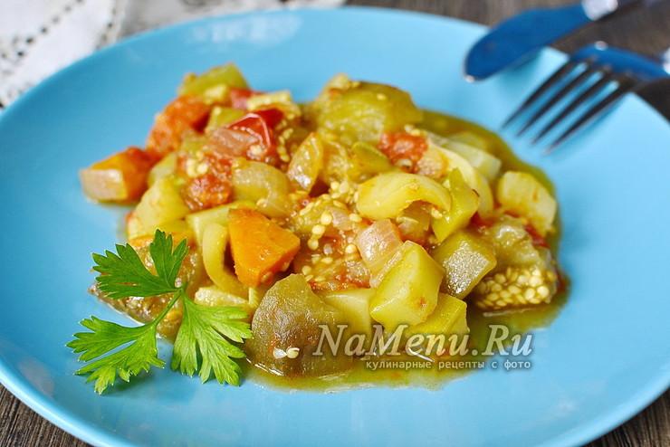Овощное рагу из баклажанов, кабачков, перца, помидоров, моркови