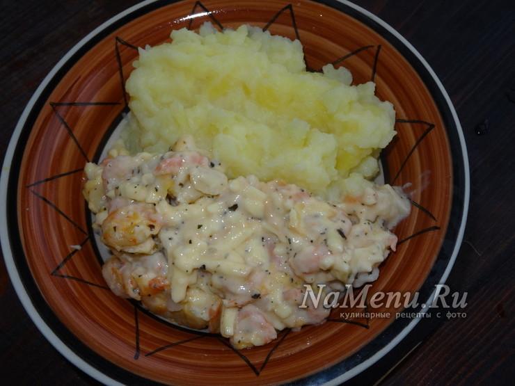 Креветки в сливочно-чесночном соусе с сыром