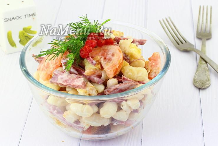 Салат Обжорка с фасолью, копченой колбасой и сухариками